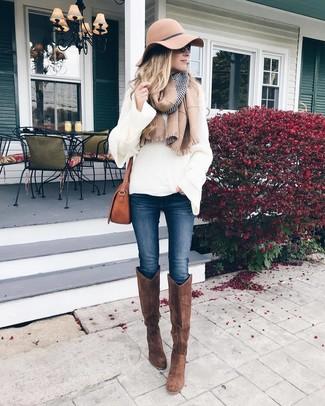 Как и с чем носить: белый вязаный свободный свитер, темно-синие джинсы скинни, коричневые замшевые сапоги, коричневая кожаная сумка через плечо