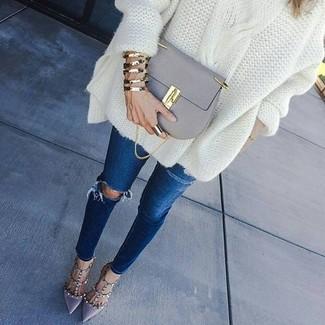 Как и с чем носить: белый вязаный свободный свитер, темно-синие рваные джинсы скинни, серые кожаные туфли, серая кожаная сумка через плечо