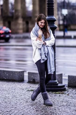 Как и с чем носить: белый свободный свитер, черные джинсы скинни, темно-серые угги, серый шарф