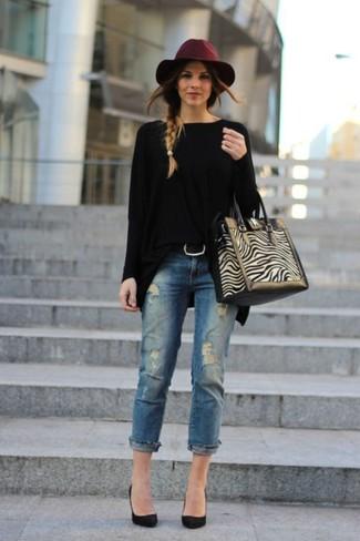 Как и с чем носить: черный свободный свитер, синие рваные джинсы, черные замшевые туфли, бежевая замшевая большая сумка