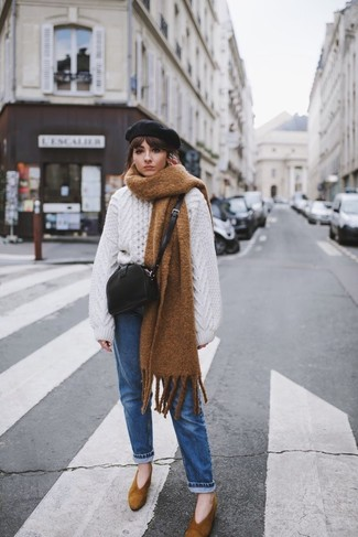 Как и с чем носить: белый вязаный свободный свитер, синие джинсы, коричневые замшевые туфли, черная кожаная сумка через плечо