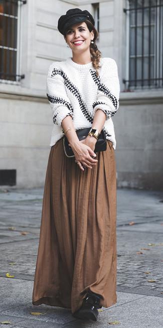 Как и с чем носить: бело-черный вязаный свободный свитер, коричневая длинная юбка со складками, черные кожаные ботинки на шнуровке, черная кожаная сумка через плечо