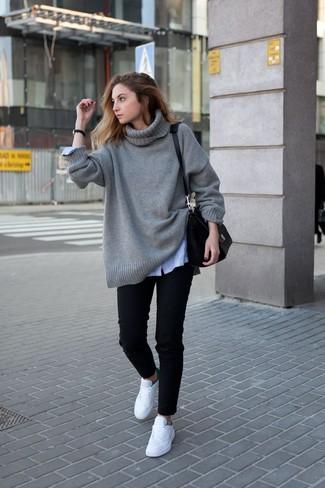 Как и с чем носить: серый вязаный свободный свитер, голубая классическая рубашка в вертикальную полоску, черные джинсы, белые низкие кеды