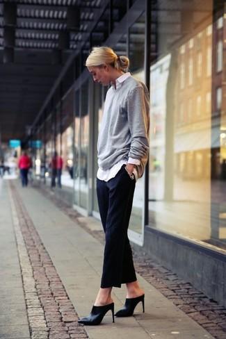 Модный лук: Серый свободный свитер, Белая классическая рубашка, Черные классические брюки, Черные кожаные сабо
