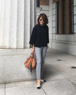Как и с чем носить: черный свободный свитер, серые классические брюки в шотландскую клетку, серебряные кожаные балетки, коричневая кожаная большая сумка