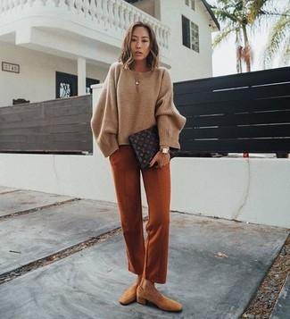 Как и с чем носить: коричневый свободный свитер, табачные классические брюки, светло-коричневые замшевые лоферы, темно-коричневый кожаный клатч с принтом