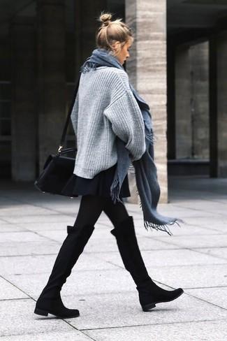 Модный лук: Серый вязаный свободный свитер, Черная короткая юбка-солнце, Черные замшевые ботфорты, Черная кожаная сумка через плечо
