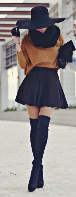 Как и с чем носить: табачный свободный свитер, черная короткая юбка-солнце, черные замшевые ботфорты, черный меховой клатч