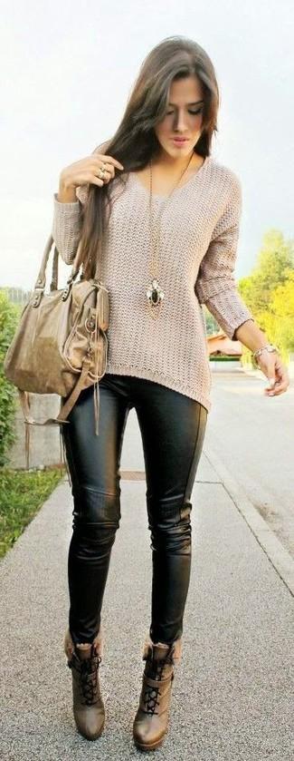 Как и с чем носить: бежевый свободный свитер, черные кожаные леггинсы, коричневые кожаные ботильоны на шнуровке, светло-коричневая кожаная большая сумка