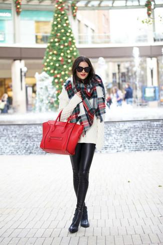 Как и с чем носить: белый вязаный свободный свитер, черные кожаные леггинсы, черные кожаные ботильоны, красная кожаная большая сумка