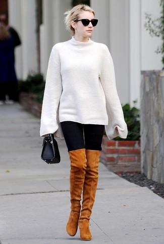 Как и с чем носить: белый свободный свитер, черные леггинсы, табачные замшевые ботфорты, черная кожаная сумочка