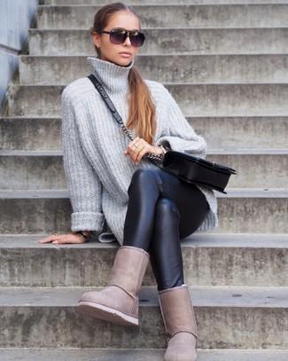 Как и с чем носить: серый вязаный свободный свитер, черные кожаные леггинсы, бежевые угги, черная кожаная стеганая сумка через плечо