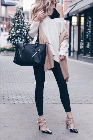 Как и с чем носить: бежевый свободный свитер, черная кружевная майка, черные леггинсы, черные кожаные туфли с шипами