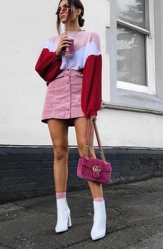 Розовые носки: с чем носить и как сочетать женщине: Розовый вязаный свободный свитер и розовые носки помогут создать простой и комфортный образ для выходного в парке или шоппинга. Вместе с этим ансамблем чудесно будут выглядеть белые кожаные ботильоны.