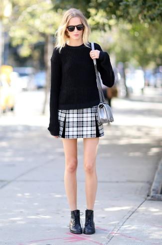 Как и с чем носить: черный свободный свитер, черно-белая мини-юбка в шотландскую клетку, черные кожаные ботинки на шнуровке, серебряная кожаная сумка через плечо