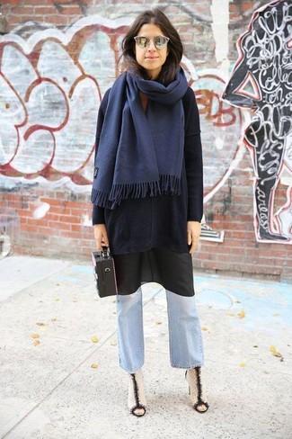 ff87e7927cd ... Тандем черного свободного свитера и голубых джинсов-клеш выглядит очень  красиво