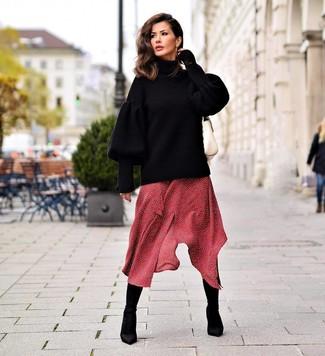 Как и с чем носить: черный вязаный свободный свитер, красное платье-миди в горошек, черные ботильоны на резинке, белая кожаная сумка-саквояж