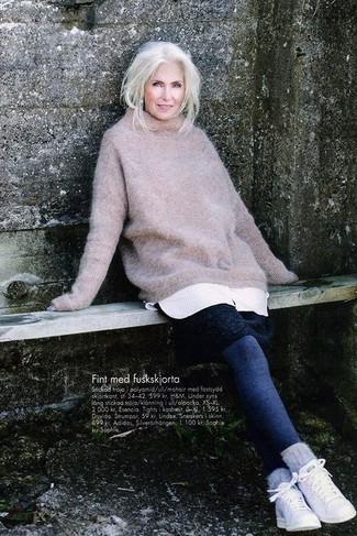 Как и с чем носить: бежевый вязаный свободный свитер, белое платье-свитер, темно-синие леггинсы, белые низкие кеды
