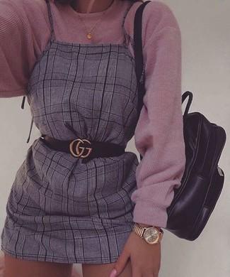 Как и с чем носить: розовый вязаный свободный свитер, серый сарафан в шотландскую клетку, черный кожаный рюкзак, черный кожаный ремень