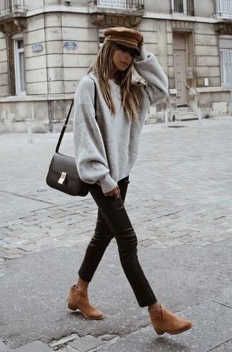 Как и с чем носить: серый свободный свитер, черные кожаные узкие брюки, светло-коричневые замшевые ботильоны, темно-коричневая кожаная сумка через плечо