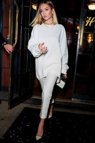 Как и с чем носить: белый свободный свитер, белые узкие брюки, белые кожаные туфли, белый кожаный клатч