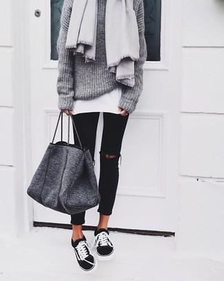 Темно-серая шерстяная большая сумка: с чем носить и как сочетать: Сочетание серого вязаного свободного свитера и темно-серой шерстяной большой сумки пользуется особой популярностью среди ценительниц практичного удобства. Разнообразить наряд и добавить в него чуточку классики позволят черно-белые низкие кеды.