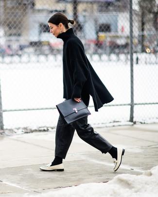 Черные кожаные широкие брюки: с чем носить и как сочетать: Черный вязаный свободный свитер и черные кожаные широкие брюки — необходимые вещи в гардеробе стильной современной женщины. Думаешь добавить в этот наряд толику строгости? Тогда в качестве дополнения к этому луку, обрати внимание на белые кожаные лоферы.