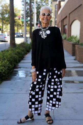 Как и с чем носить: черный свободный свитер, черно-белые широкие брюки в клетку, черные кожаные сандалии на плоской подошве, белые солнцезащитные очки