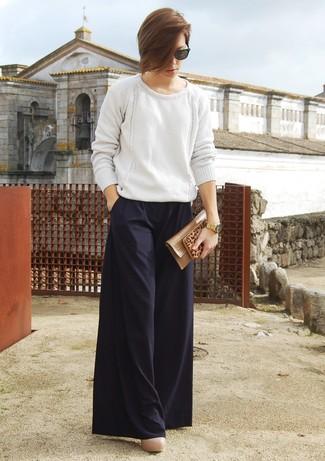Модный лук: Белый вязаный свободный свитер, Черные широкие брюки, Бежевые кожаные туфли, Светло-коричневый кожаный клатч