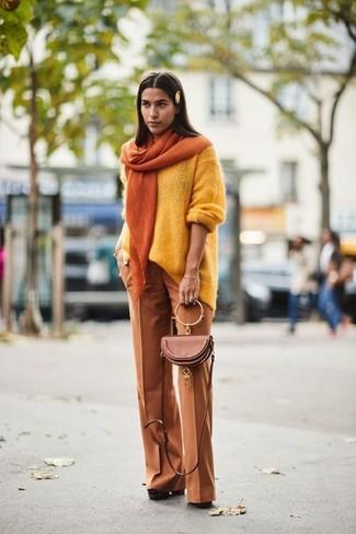 Как и с чем носить: желтый свободный свитер, табачные широкие брюки, коричневые замшевые массивные туфли, коричневая кожаная сумка через плечо