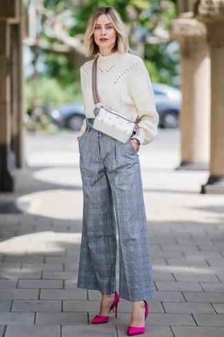 Как и с чем носить: бежевый вязаный свободный свитер, серые широкие брюки в шотландскую клетку, ярко-розовые сатиновые туфли, белая кожаная поясная сумка