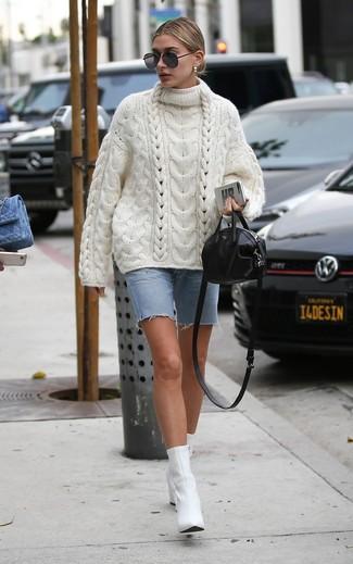 Как и с чем носить: белый вязаный свободный свитер, голубые джинсовые шорты-бермуды, белые кожаные ботильоны, черная кожаная сумка через плечо