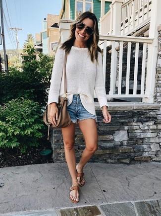 Как и с чем носить: белый свободный свитер, синие джинсовые шорты, коричневые кожаные вьетнамки, коричневая кожаная сумка через плечо