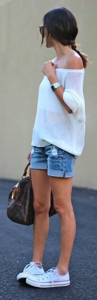 Как и с чем носить: белый свободный свитер, синие джинсовые шорты, белые низкие кеды, темно-коричневая кожаная спортивная сумка с принтом