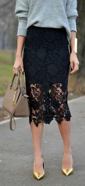 Как и с чем носить: серый свободный свитер, черная кружевная юбка-карандаш, золотые кожаные туфли, светло-коричневая кожаная сумка-саквояж