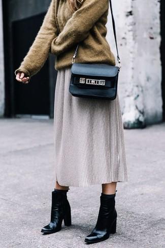 Как и с чем носить: коричневый свободный свитер, серая шерстяная юбка-миди, черные кожаные ботильоны, черная кожаная сумка через плечо