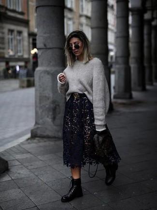 Черный кожаный ремень: с чем носить и как сочетать женщине: Серый свободный свитер и черный кожаный ремень — превосходная формула для воплощения модного и функционального лука. Думаешь сделать образ немного строже? Тогда в качестве обуви к этому наряду, обрати внимание на черные кожаные ботинки на шнуровке.