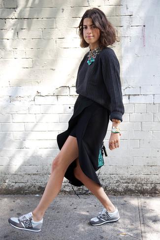 Как и с чем носить: темно-серый свободный свитер, черная юбка-миди с разрезом, серые кроссовки, мятная кожаная сумка-саквояж