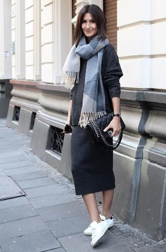 Как и с чем носить: темно-серый свободный свитер, темно-серая юбка-миди, бело-черные низкие кеды, черная кожаная стеганая сумка через плечо