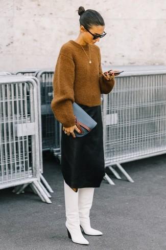 7935e9c13a27 Как и с чем носить: светло-коричневый свободный свитер, черная юбка-миди