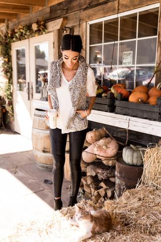 Как и с чем носить: серая меховая безрукавка, белая кофта с коротким рукавом, черные кожаные узкие брюки, черные кожаные ботильоны