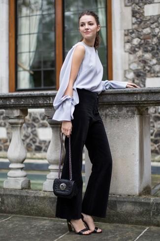 Как и с чем носить: серая блузка с длинным рукавом, черные брюки-клеш, черные кожаные босоножки на каблуке, черная кожаная сумка через плечо