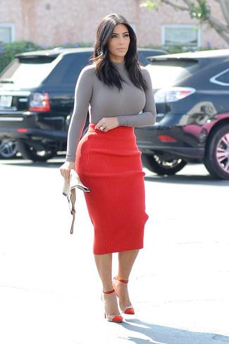 Как Kim Kardashian носит Серая водолазка, Красная вязаная юбка-карандаш, Красные замшевые туфли