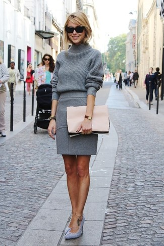 Модный лук: Серая шерстяная водолазка, Серая шерстяная юбка-карандаш, Серые замшевые туфли, Розовый кожаный клатч
