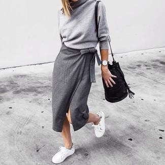 Как и с чем носить: серая водолазка, серая юбка-миди с разрезом, белые низкие кеды, черная кожаная сумка-мешок