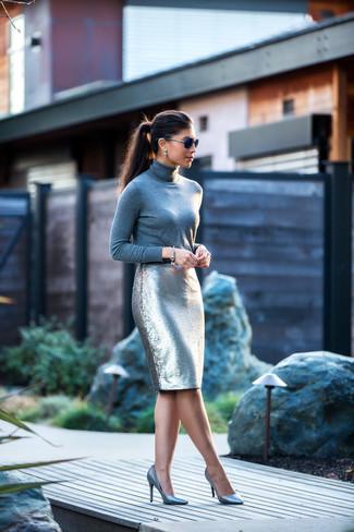 Как и с чем носить: серая водолазка, серебряная юбка-карандаш с пайетками, серебряные кожаные туфли