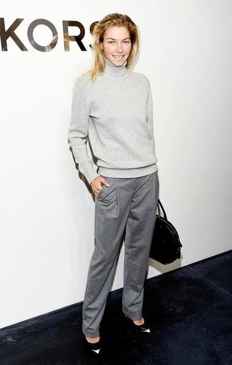 Модный лук: Серая шерстяная водолазка, Серые классические брюки, Черно-белые кожаные туфли, Черная кожаная большая сумка