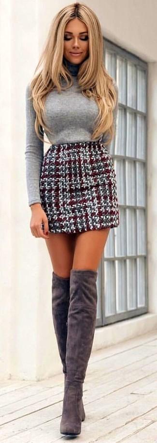 Как и с чем носить: серая водолазка, темно-красная твидовая мини-юбка, серые замшевые ботфорты