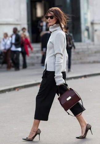 Как и с чем носить: серая водолазка, черные брюки-кюлоты, черные кружевные туфли, темно-красная кожаная сумка-саквояж
