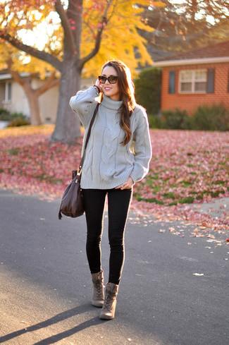 Как и с чем носить: серая вязаная водолазка, черные джинсы скинни, коричневые кожаные ботильоны на шнуровке, темно-коричневая кожаная сумка через плечо